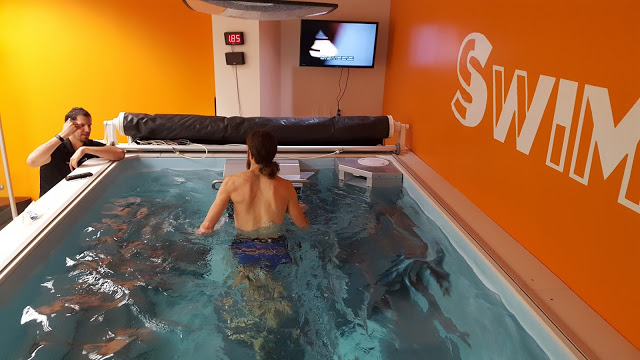 Extrem-Marathonläufer Mike Wardian auf dem Endless Pools Unterwasser-Laufband, zusammen mit Trainer Dominic Latella, bei SwimBox, Fairfax, Virginia